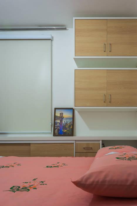 Vista do móvel de apoio e armários para bolsas Joana Rezende Arquitetura e Arte Quartos modernos