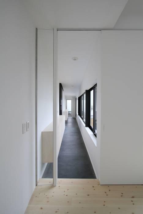 親世帯の玄関: 石川淳建築設計事務所が手掛けた廊下 & 玄関です。,