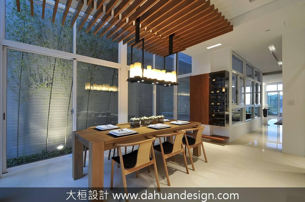Comedores de estilo moderno de 大桓設計顧問有限公司 Moderno Madera maciza Multicolor