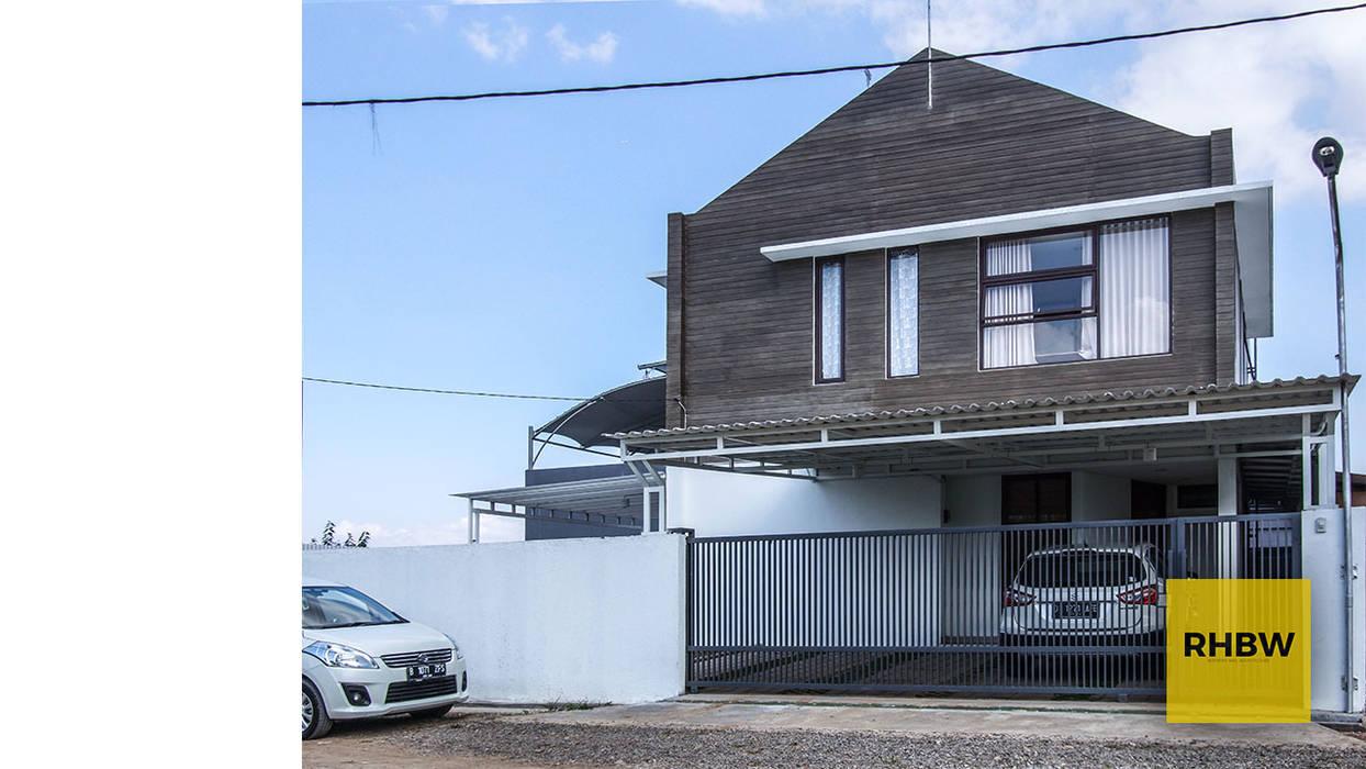 Rumah Dua Lantai Dinding & Lantai Gaya Industrial Oleh RHBW Industrial