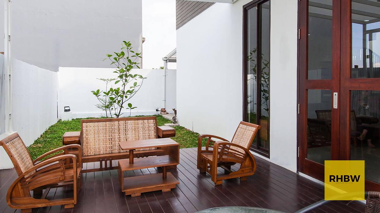 RHBW Industrial style balcony, porch & terrace
