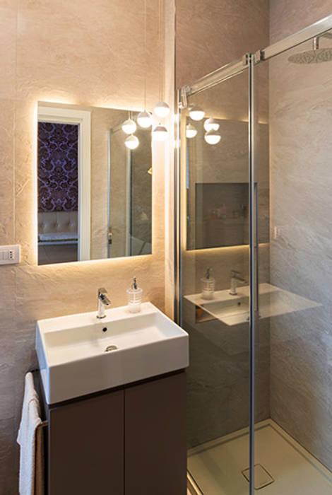 Bagno: Bagno in stile in stile Moderno di bottegaarchitettonica