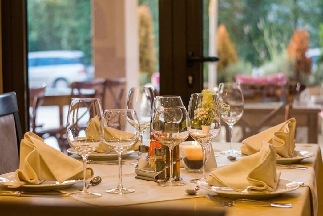 Sorveglianza per ristoranti: Negozi & Locali commerciali in stile  di Bor Sorveglianza attiva