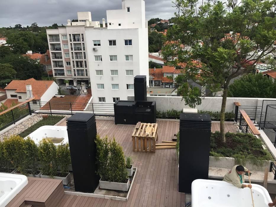 Árboles en todos los niveles : Jardines de estilo  por Vivero Antoniucci S.A.