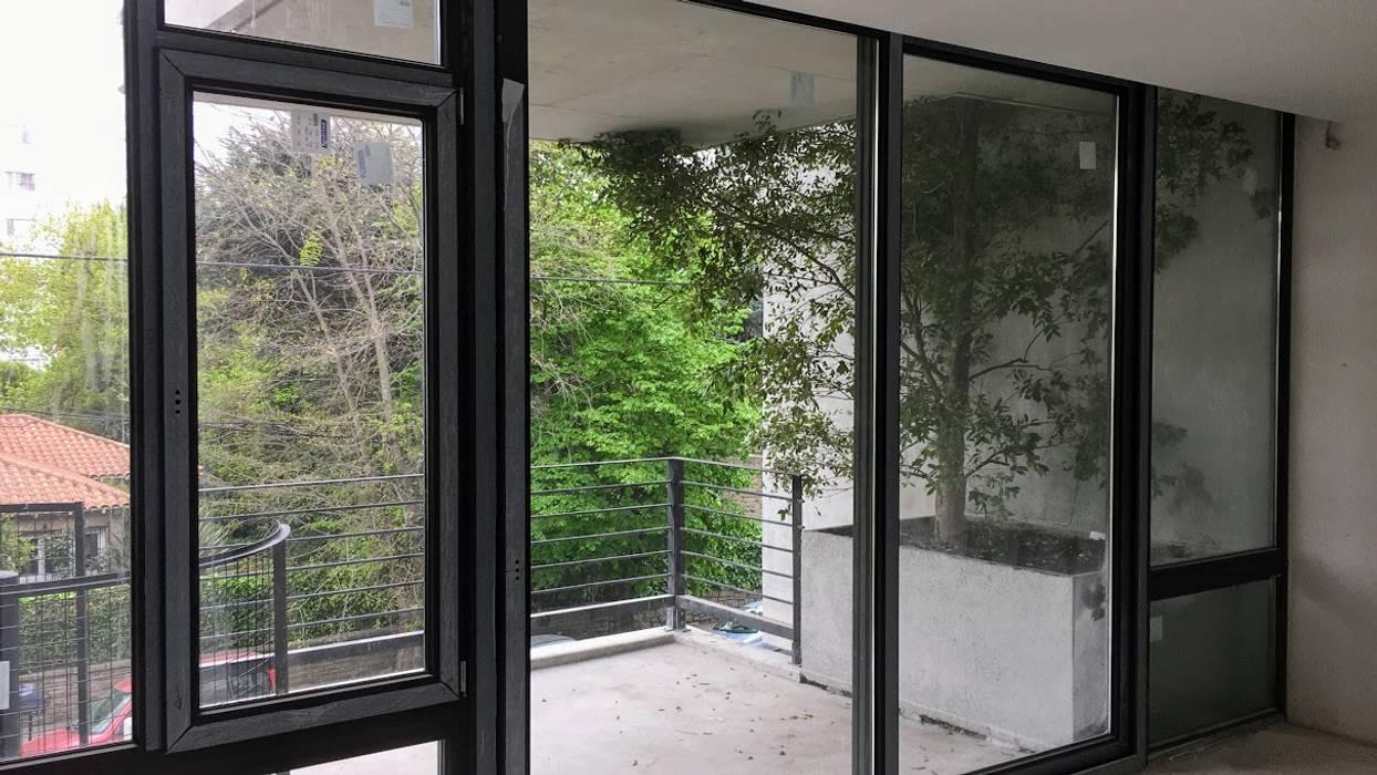 Verde en los balcones del 1er y 2do Piso: Jardines de estilo moderno por Vivero Antoniucci S.A.