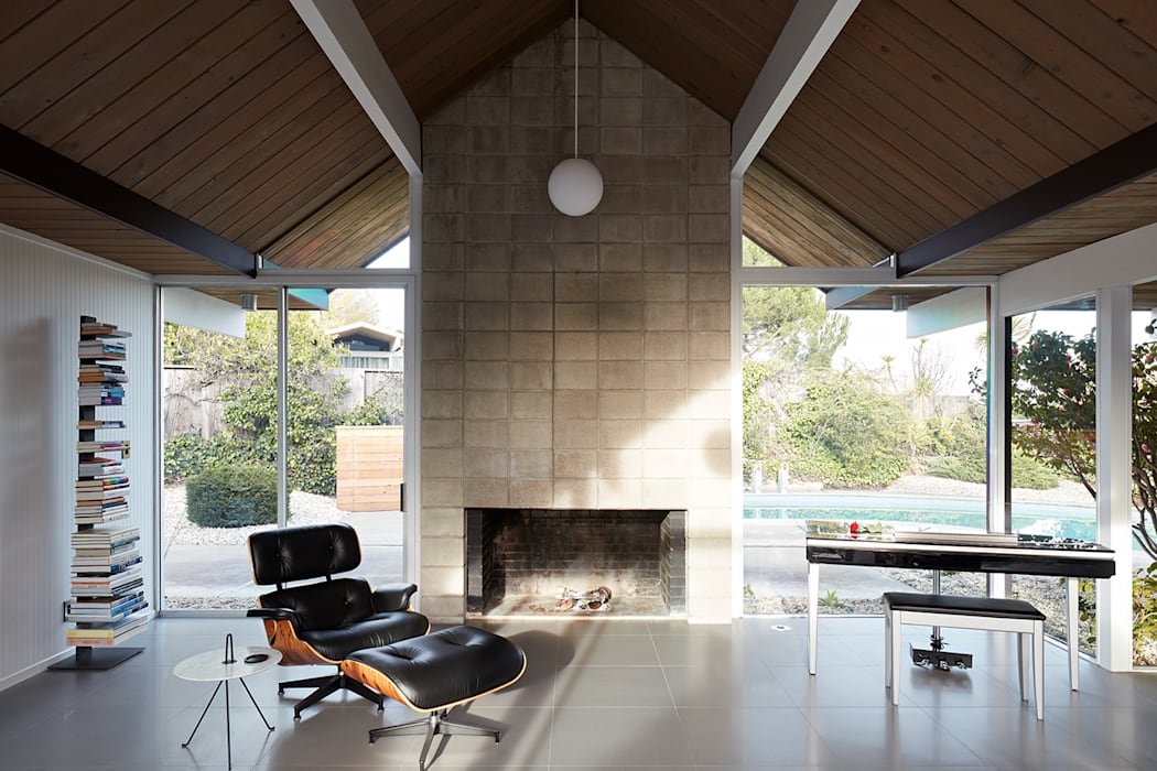 Burlingame Eichler Remodel Klopf Architecture:  Living room by Klopf Architecture