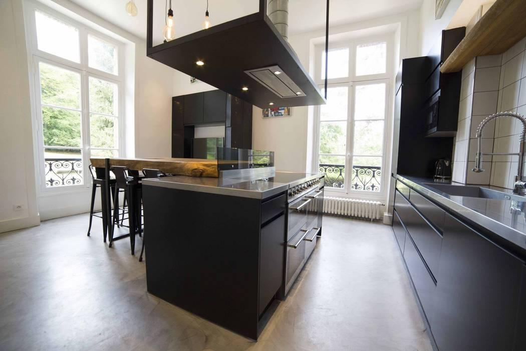 Cuisine de châteauà l'ambiance industrielle : Cuisine de style  par Clo - Architecture & Design
