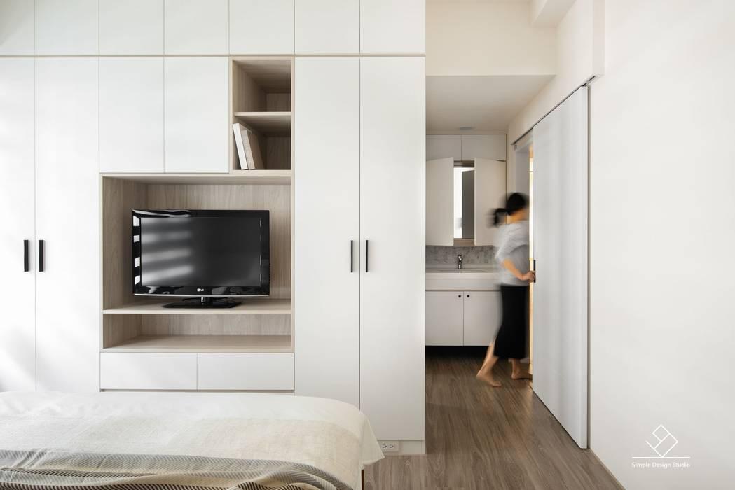 主臥電視櫃:  臥室 by 極簡室內設計 Simple Design Studio