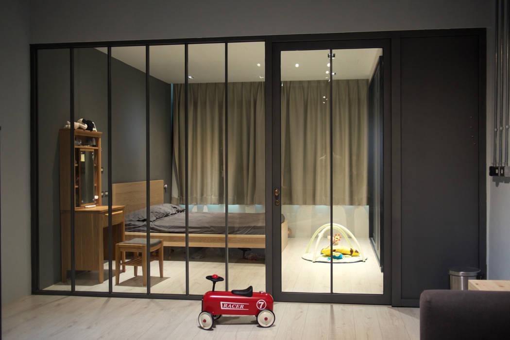 金屬框玻璃隔間:  臥室 by 日常鉄件製作所,