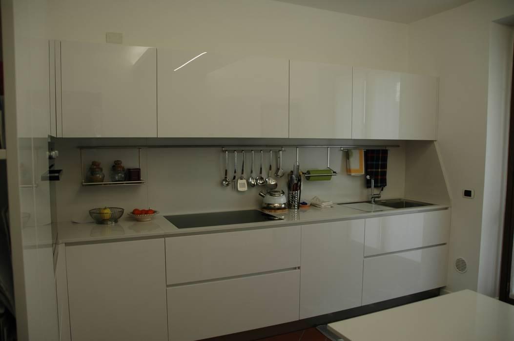 Cucina bianca lucida: cucina in stile di frigerio paolo & c. | homify