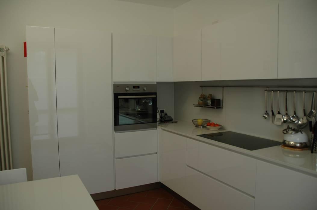 Cucina bianca lucida a poliestere con piani e schienali in okite