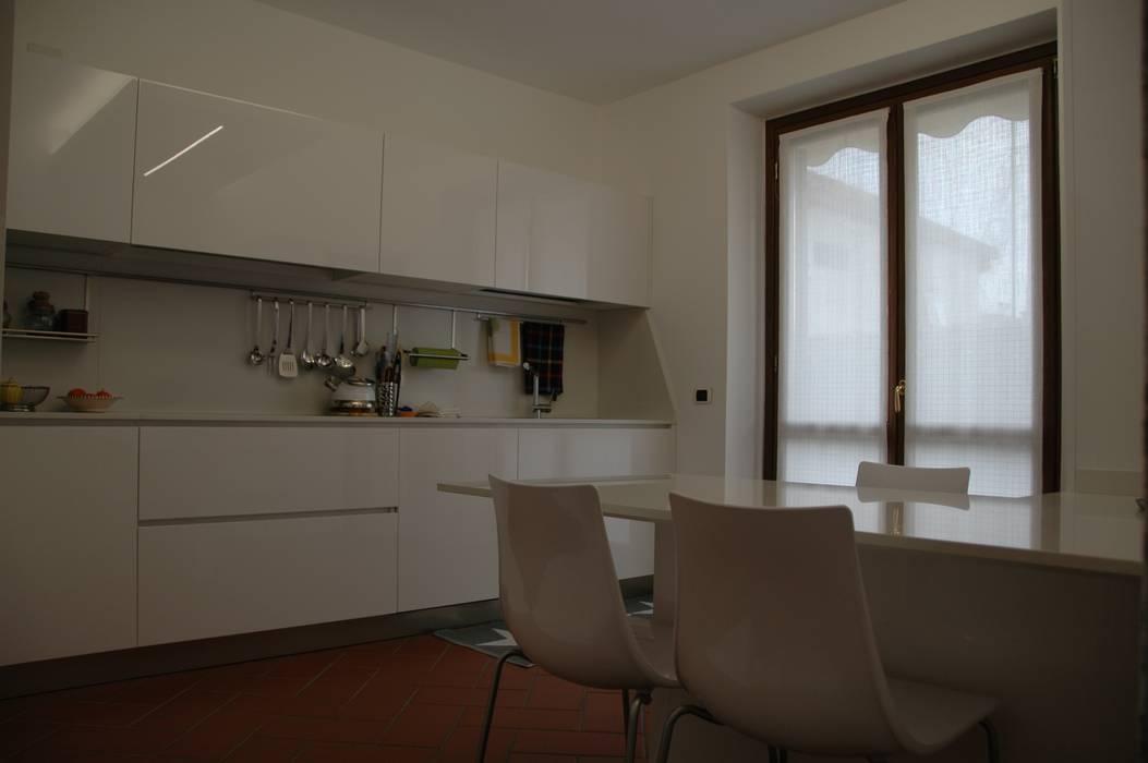 Cucina con piani e schienali in okite bianco assoluto di ...