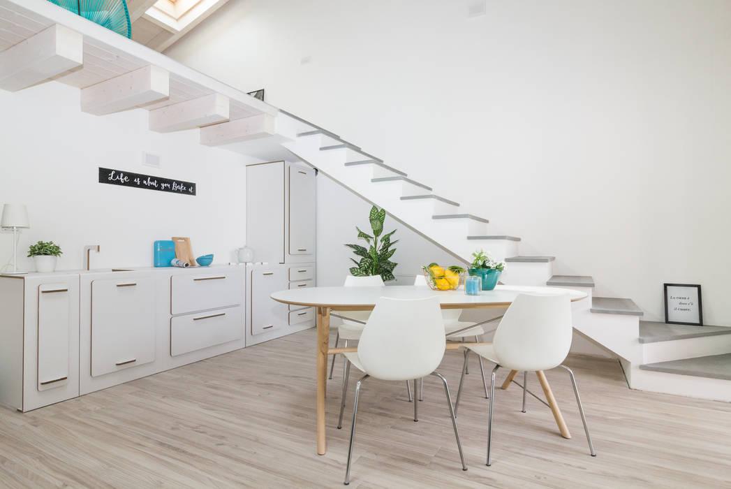 """Home staging di trilocale in vendita - """"I Giardini di Casbeno""""-Varese: Cucina in stile  di Boite Maison"""