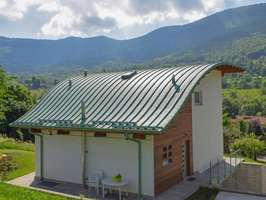Villa moderna in legno: Villa in stile  di Marlegno