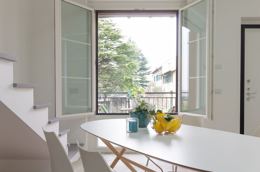 """Home staging di trilocale in vendita - """"I Giardini di Casbeno""""-Varese: Cucina in stile in stile Moderno di Boite Maison"""