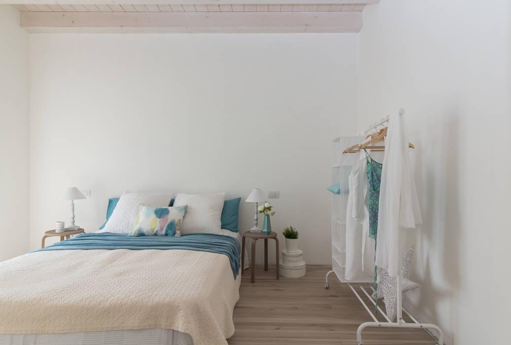 """Home staging di trilocale in vendita - """"I Giardini di Casbeno""""-Varese: Camera da letto in stile in stile Moderno di Boite Maison"""
