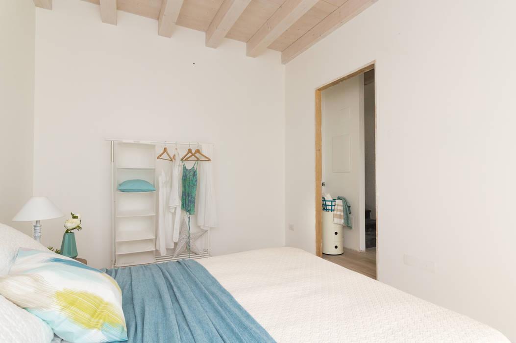 """Home staging di trilocale in vendita - """"I Giardini di Casbeno""""-Varese: Camera da letto in stile  di Boite Maison"""