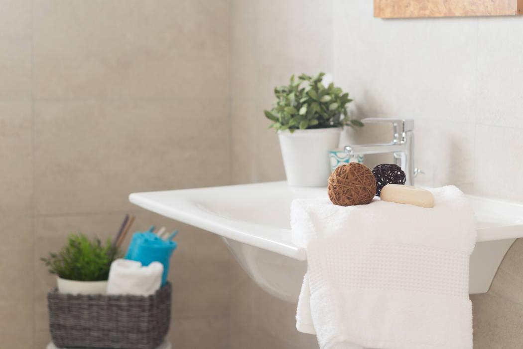 """Home staging di trilocale in vendita - """"I Giardini di Casbeno""""-Varese: Bagno in stile  di Boite Maison"""