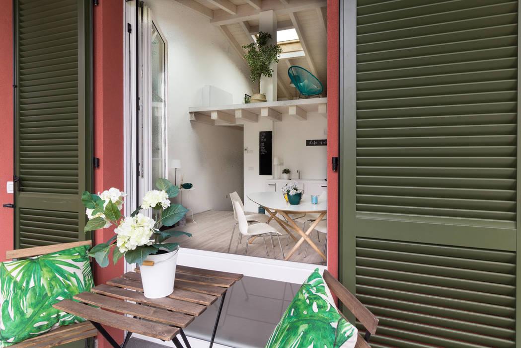 """Home staging di trilocale in vendita - """"I Giardini di Casbeno""""-Varese: Terrazza in stile  di Boite Maison"""