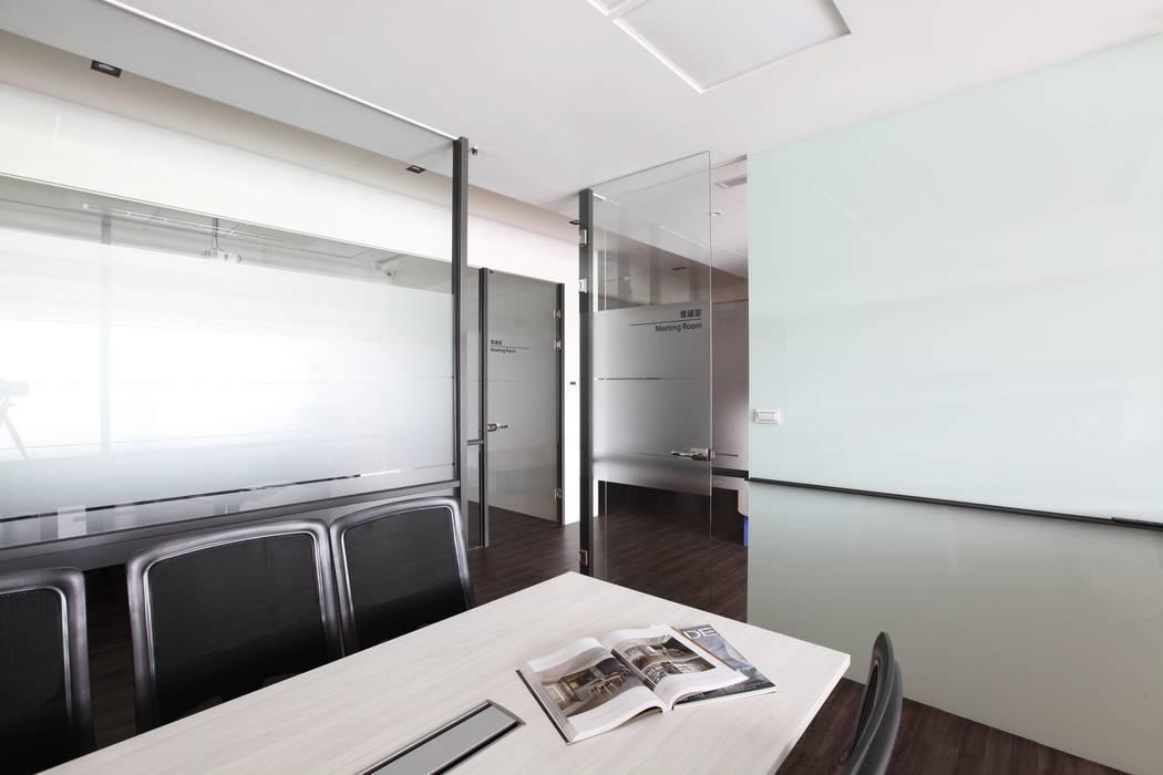 Offices & stores by 築一國際室內裝修有限公司
