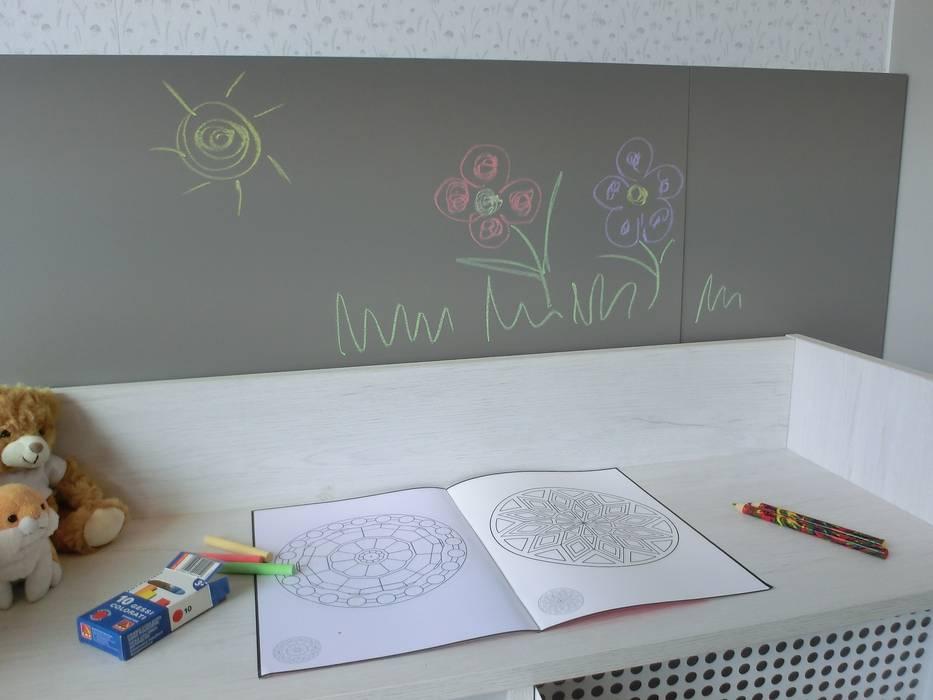 Dettaglio della lavagna: Stanza dei bambini in stile  di Spaziojunior