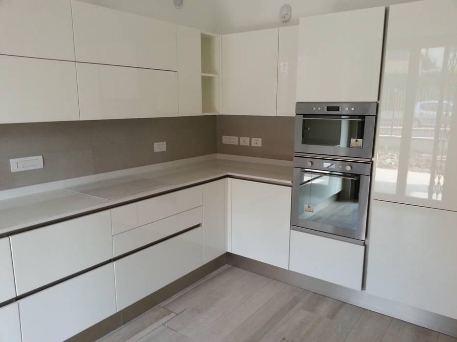 Progetto cucina bianca laccata lucida cucina attrezzata in stile di formarredo due design 1967 - Cucina bianca lucida ...