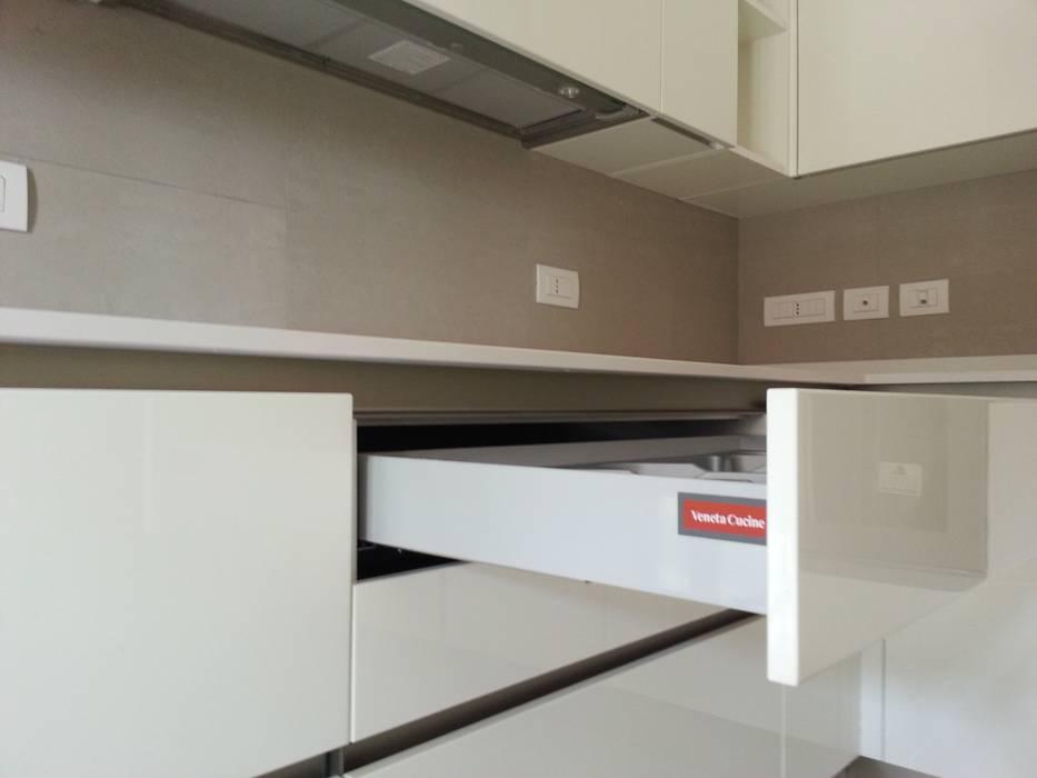 Progetto cucina bianca laccata lucida: cucina attrezzata in ...