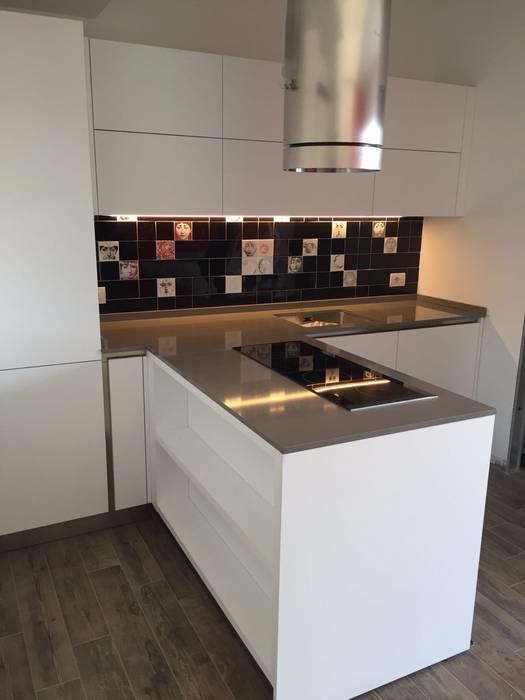 Cucina bianca laccato opaco: cucina in stile di formarredo due ...