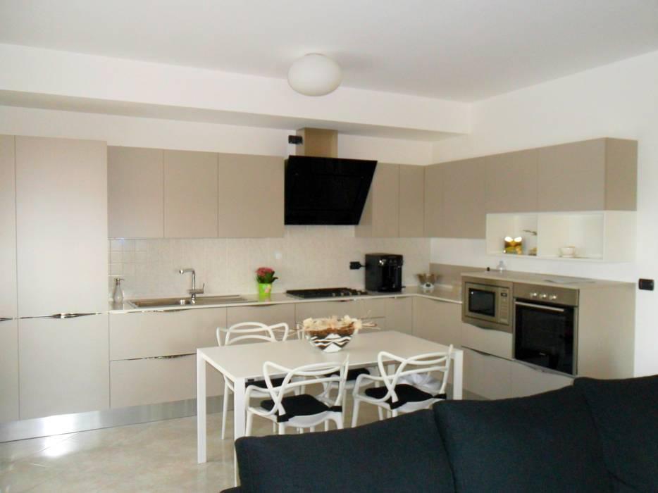 Cucina Veneta Cucine Laccato Opaco grigio corda: Cucina attrezzata in stile  di Formarredo Due design 1967