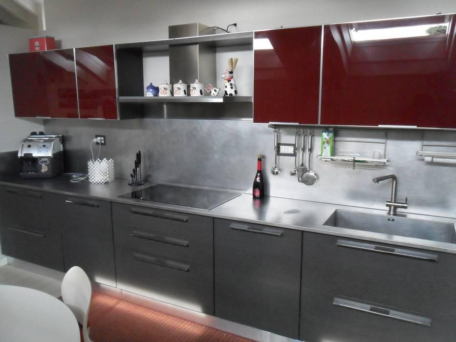 Cucina in vetro rosso e legno rovere grigio scuro: Cucina attrezzata in stile  di Formarredo Due design 1967