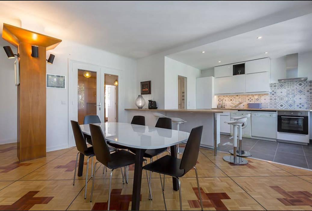 espace repas - cuisine avec ilot - Lyon: Salle à manger de style de style Moderne par By Benedicte Bergot Deco