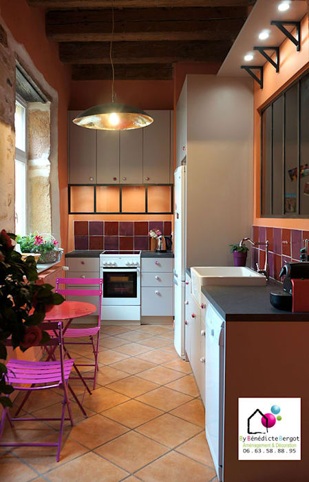 Rénovation cuisine vieux Lyon: Cuisine intégrée de style  par By Benedicte Bergot Deco