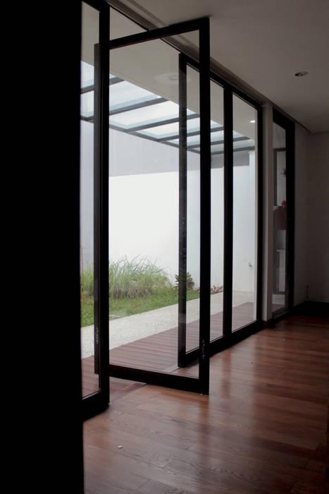 : Jendela oleh SAE Studio (PT. Shiva Ardhyanesha Estetika), Tropis