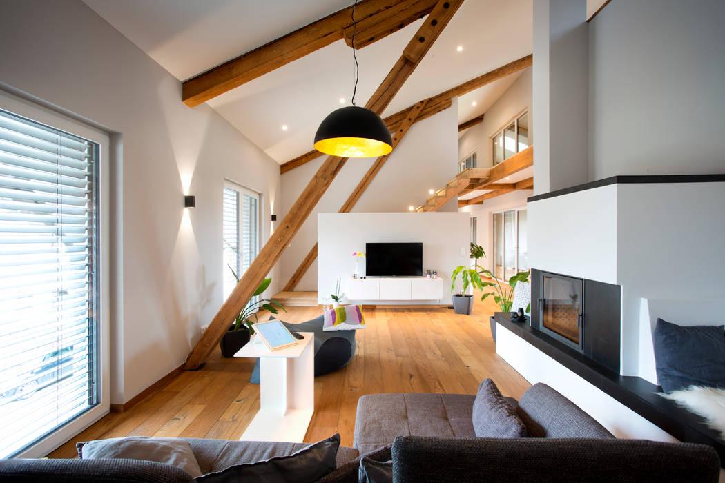 Umbau Scheune 04 Wohnzimmer im Landhausstil von Klaus Geyer Elektrotechnik Landhaus