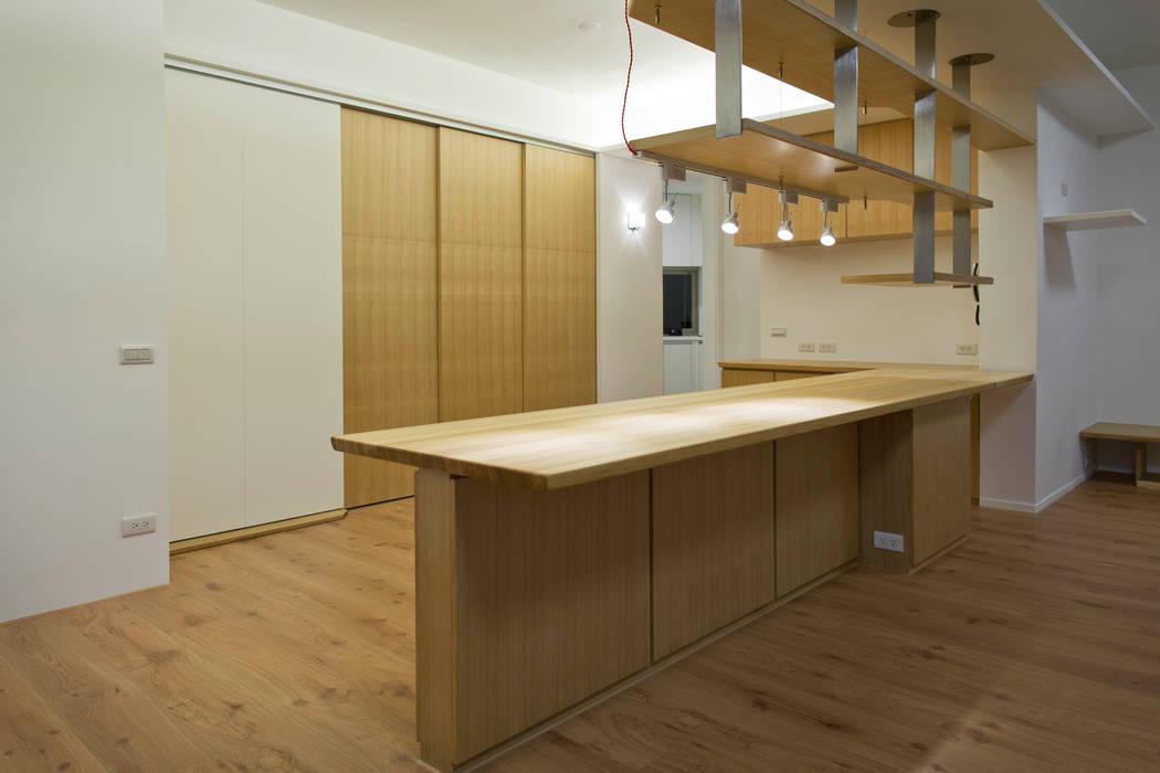 寬敞明亮:  餐廳 by 王采元工作室