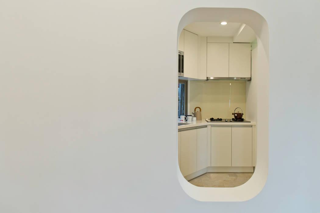 從和室洞窗看廚房:  臥室 by 王采元工作室
