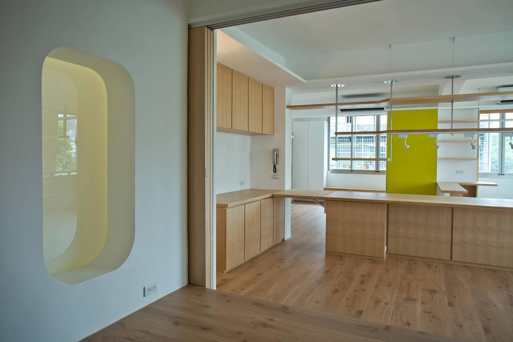 從和室看餐桌:  臥室 by 王采元工作室