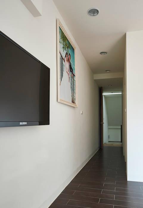 Hành lang, sảnh & cầu thang phong cách tối giản bởi 瑞瑩室內裝修設計工程有限公司 Tối giản