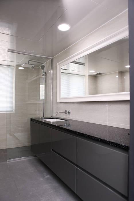 現代浴室設計點子、靈感&圖片 根據 homify 現代風 塑木複合材料