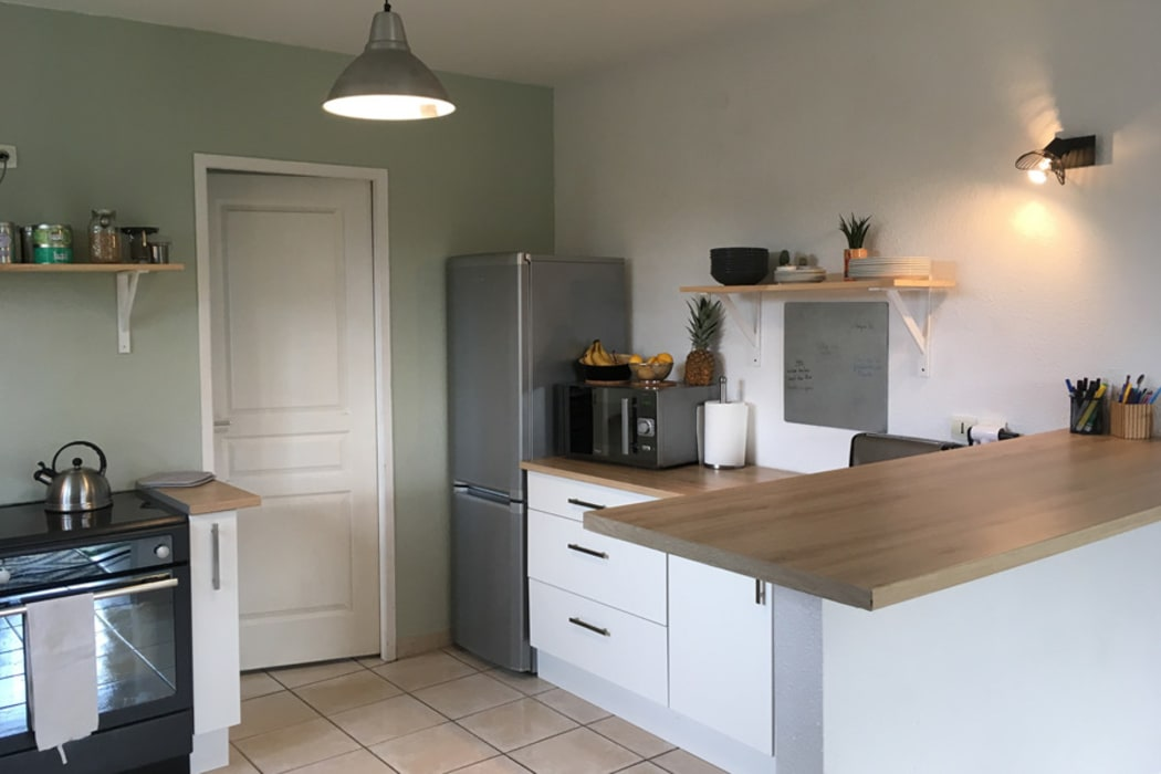 Aménagement d'une cuisine dans une maison en location: Éléments de cuisine de style  par Dame Cafoutch
