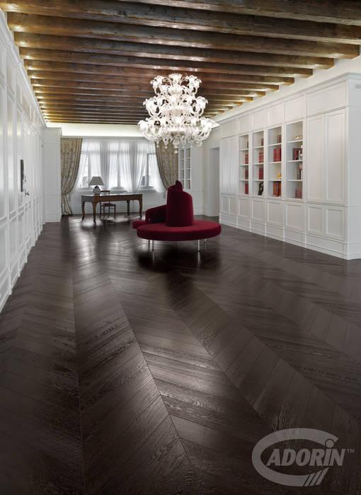 Parquet a spina in Rovere tono Wenge: Studio in stile  di Cadorin Group Srl
