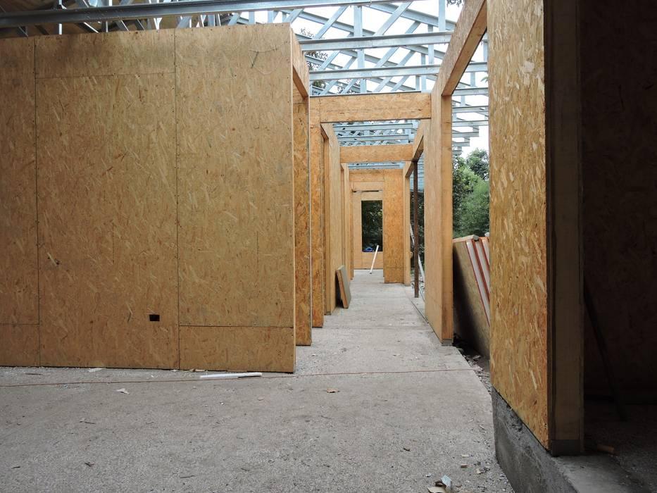 pasillo interior: Pasillos y hall de entrada de estilo  por ATELIER3