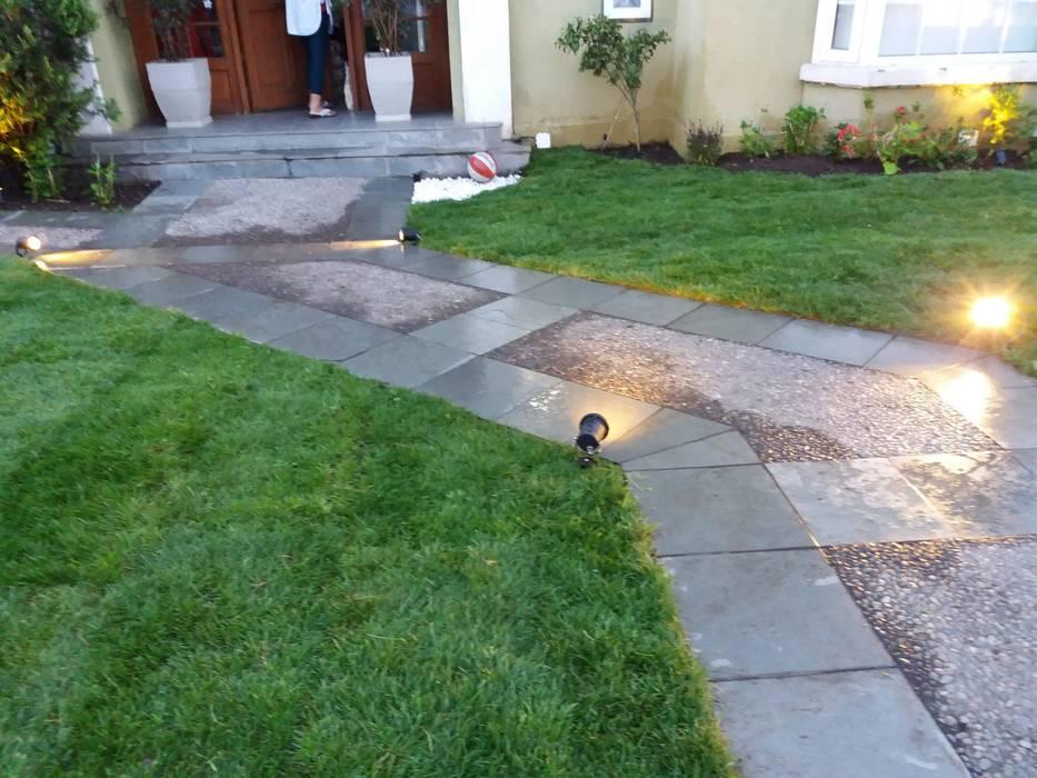Entrada peatonal principal: Jardines de estilo  por Deck and Garden