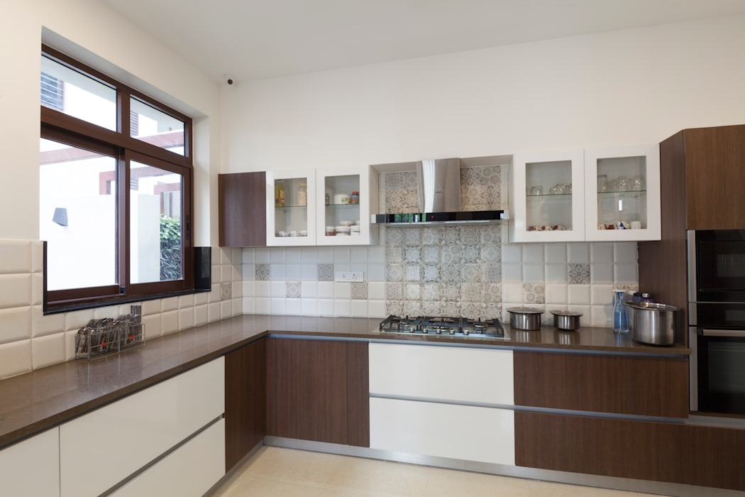 Residence No.1 at Panache, chennai:  Kitchen units by Synergy Architecture and Interiors,Modern