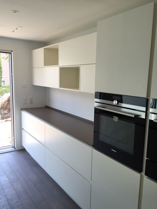 Cucina su misura bianco laccato opaco: cucina attrezzata in stile di ...