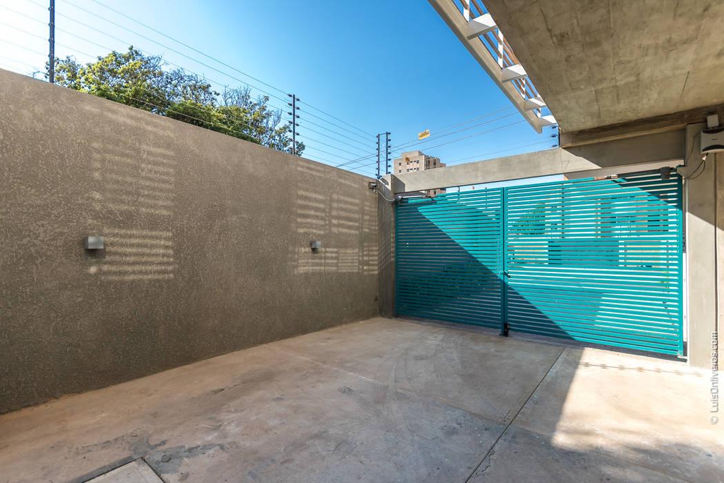 : Puertas principales de estilo  por Design Group Latinamerica,