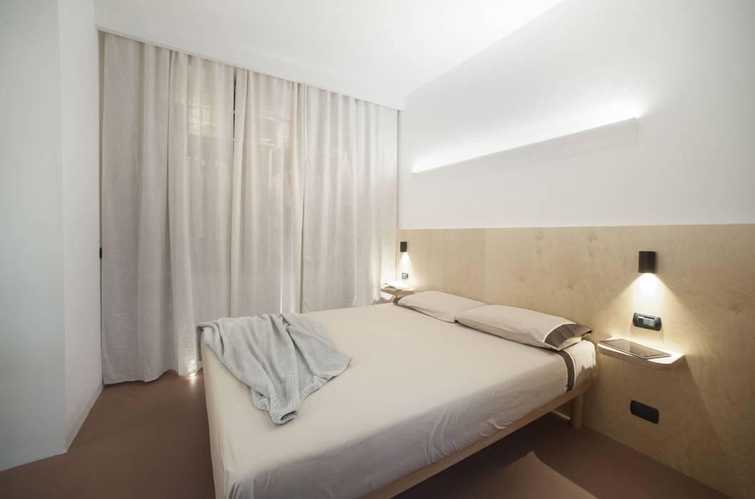 Interno Camera: Camera da letto in stile  di PADIGLIONE B