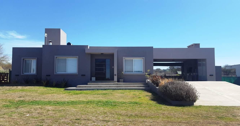 FACHADA MODERNA EN TONO DE GRISES: Casas unifamiliares de estilo  por INTEGRA ESTUDIO,