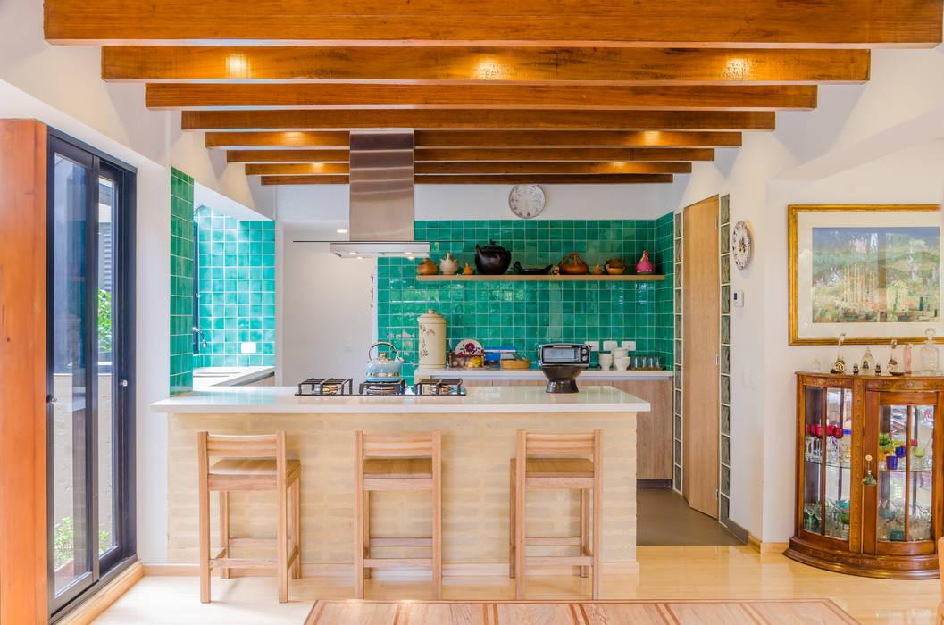 CASA EL ABRA: Cocinas integrales de estilo  por ARCE S.A.S