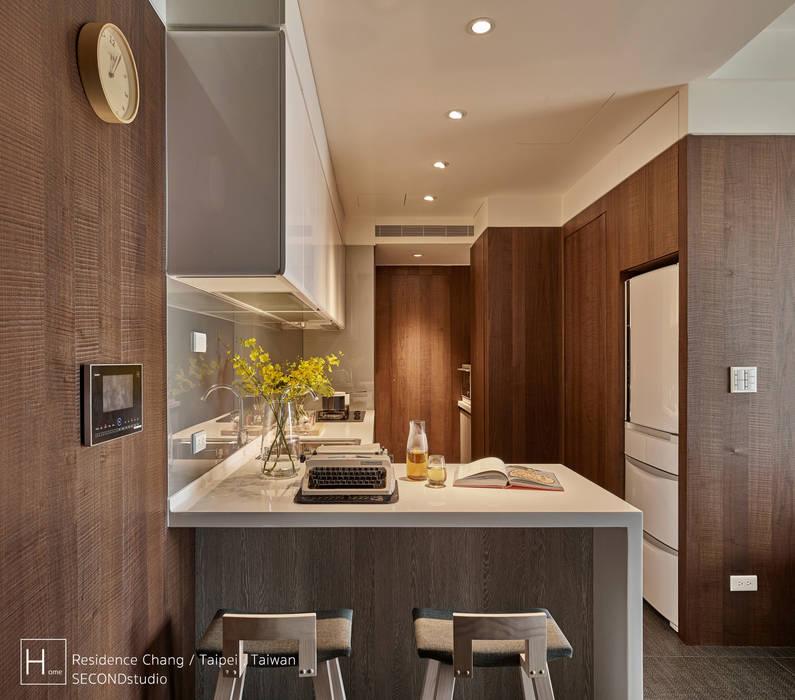12 坪木質小公寓:  置入式廚房 by SECONDstudio, 現代風 實木 Multicolored
